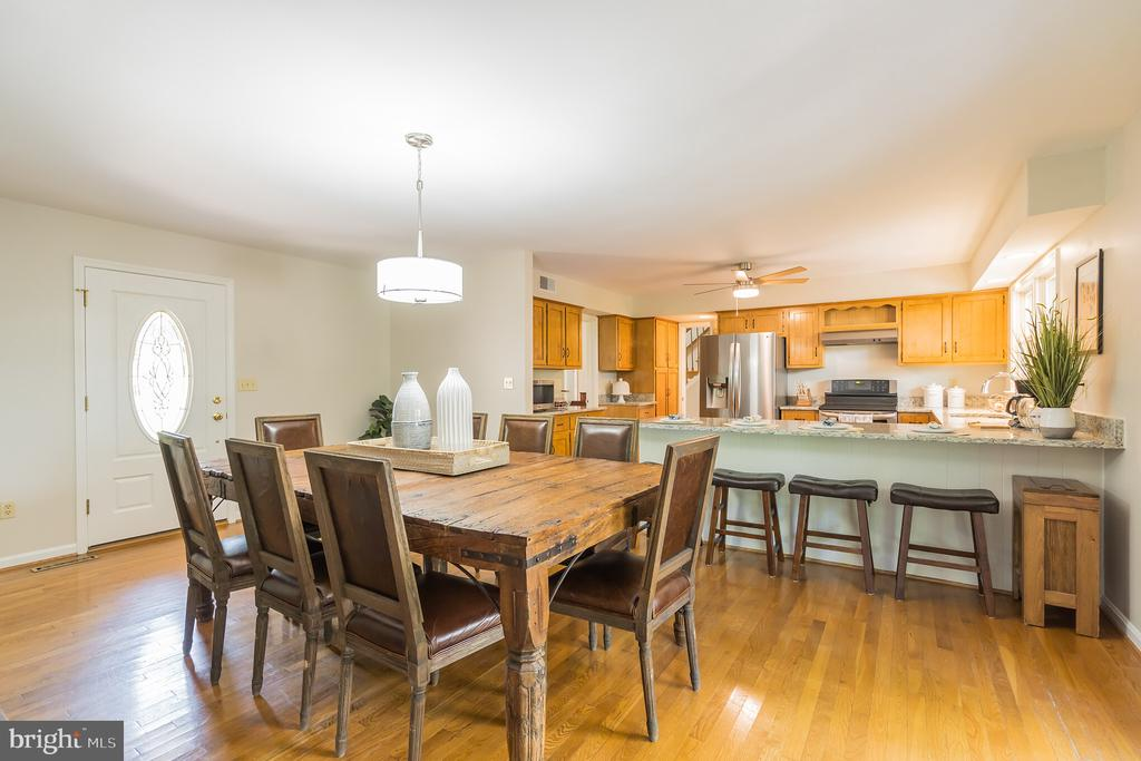 This breakfast bar keeps friends & family close - 10832 MIDDLEBORO DR, DAMASCUS