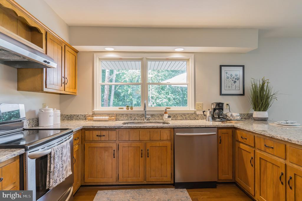 These country style cabinets make the kitchen! - 10832 MIDDLEBORO DR, DAMASCUS
