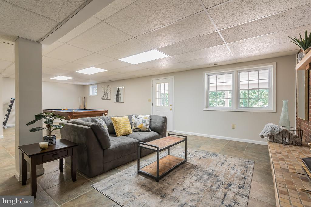 Tons of windows in LL. Let the sun shine in - 10832 MIDDLEBORO DR, DAMASCUS