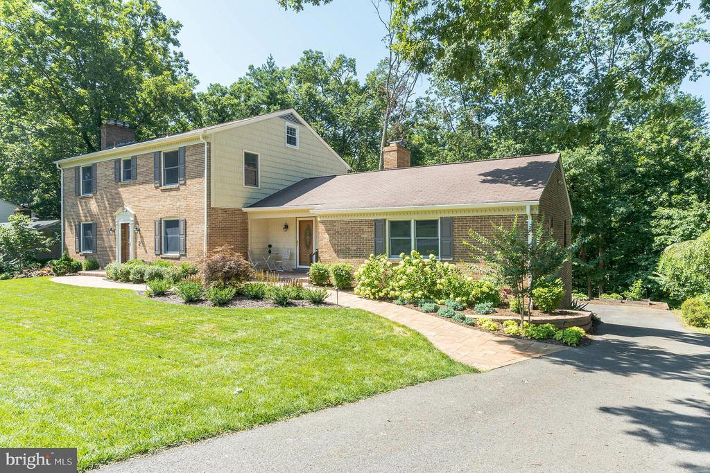 Lush landscaping and hardscape delight the entry - 10832 MIDDLEBORO DR, DAMASCUS
