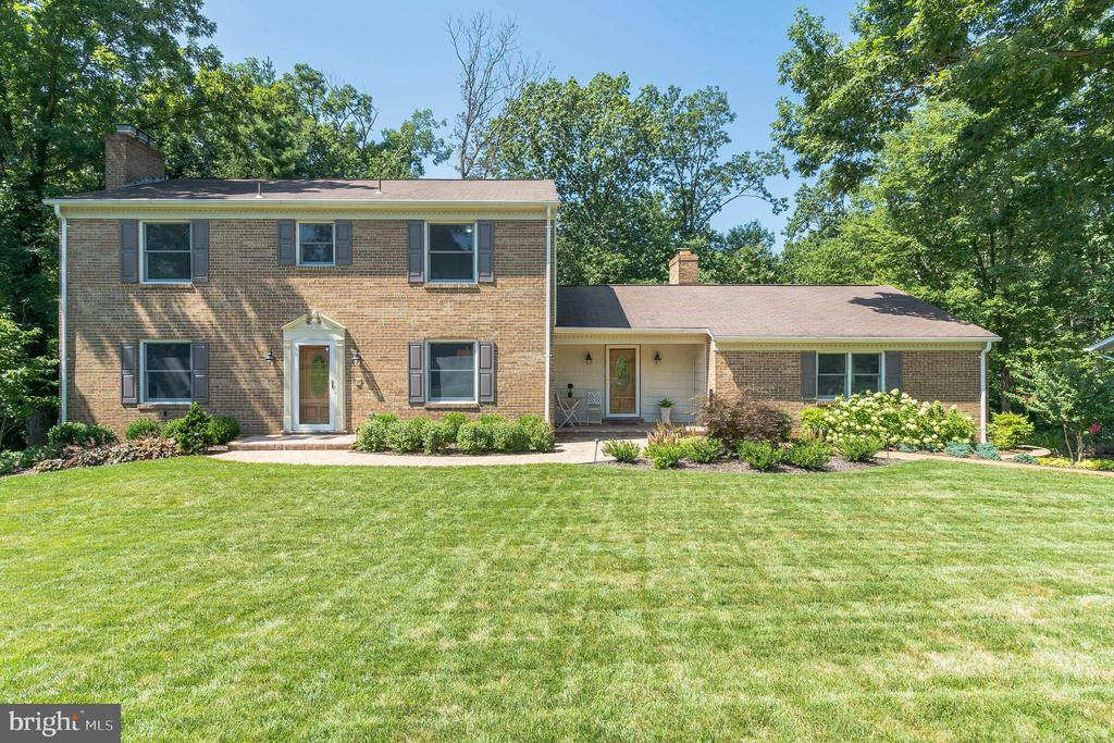 Envy of the neighborhood w front curb appeal - 10832 MIDDLEBORO DR, DAMASCUS