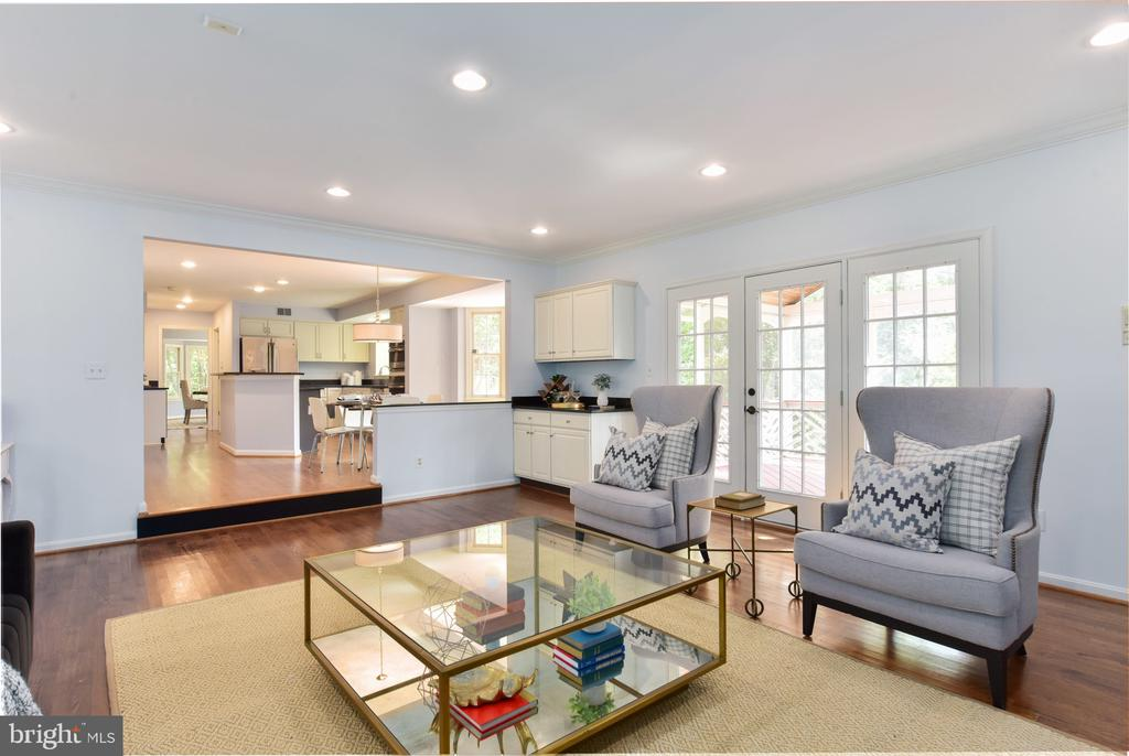 Family room leads to screened porch - 1000 DARTMOUTH RD, ALEXANDRIA
