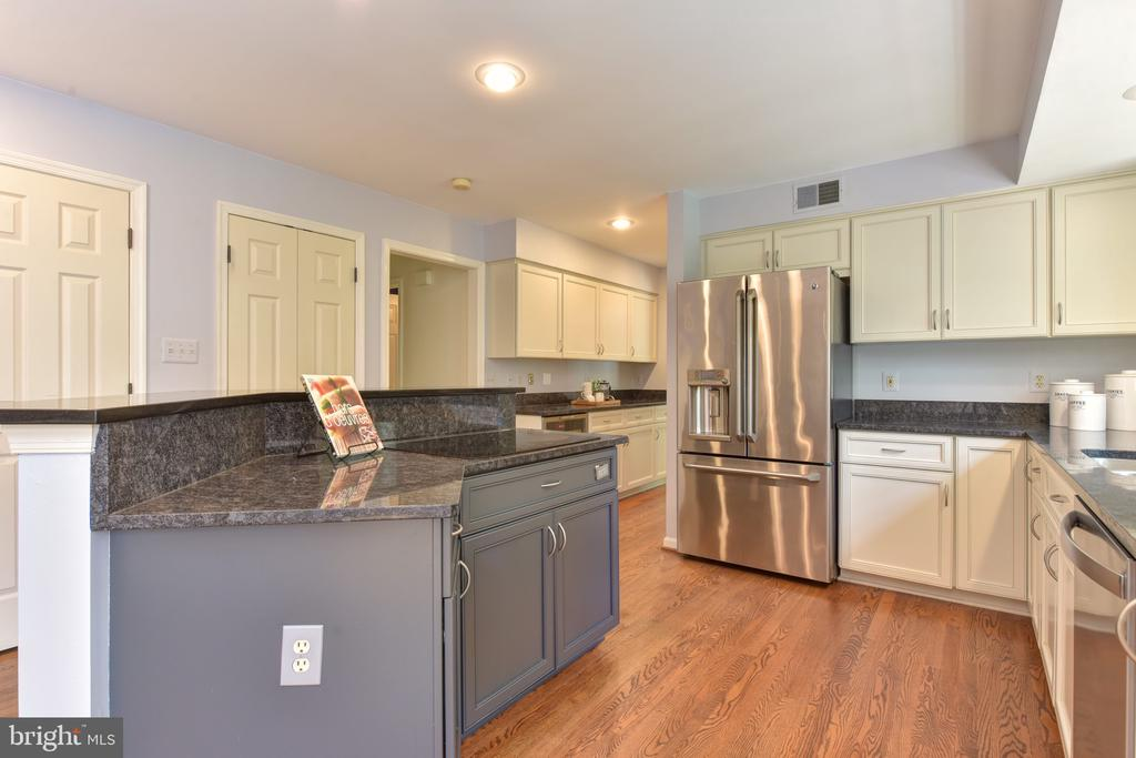 Updated kitchen with island and induction cooktop - 1000 DARTMOUTH RD, ALEXANDRIA