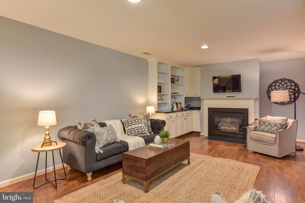Gas fireplace and built-ins - 1000 DARTMOUTH RD, ALEXANDRIA