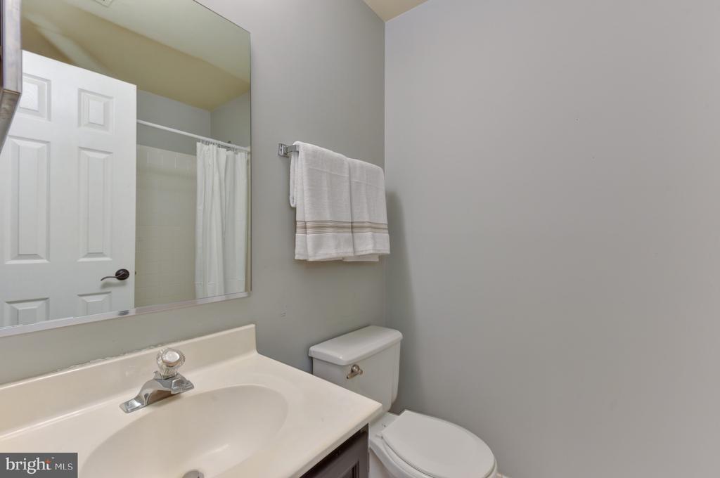 En-suite full bath (lower level) - 1000 DARTMOUTH RD, ALEXANDRIA