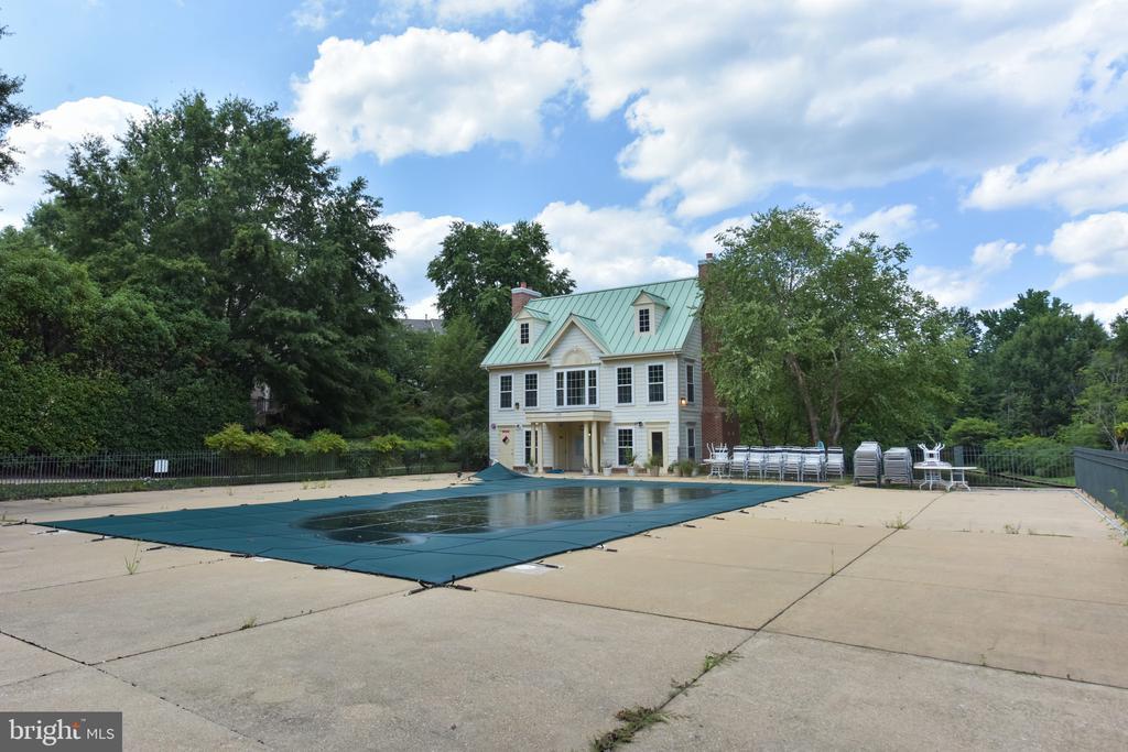 Quaker Hill Pool - 1000 DARTMOUTH RD, ALEXANDRIA