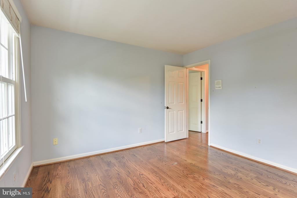 Bedroom 3 on upper level - 1000 DARTMOUTH RD, ALEXANDRIA
