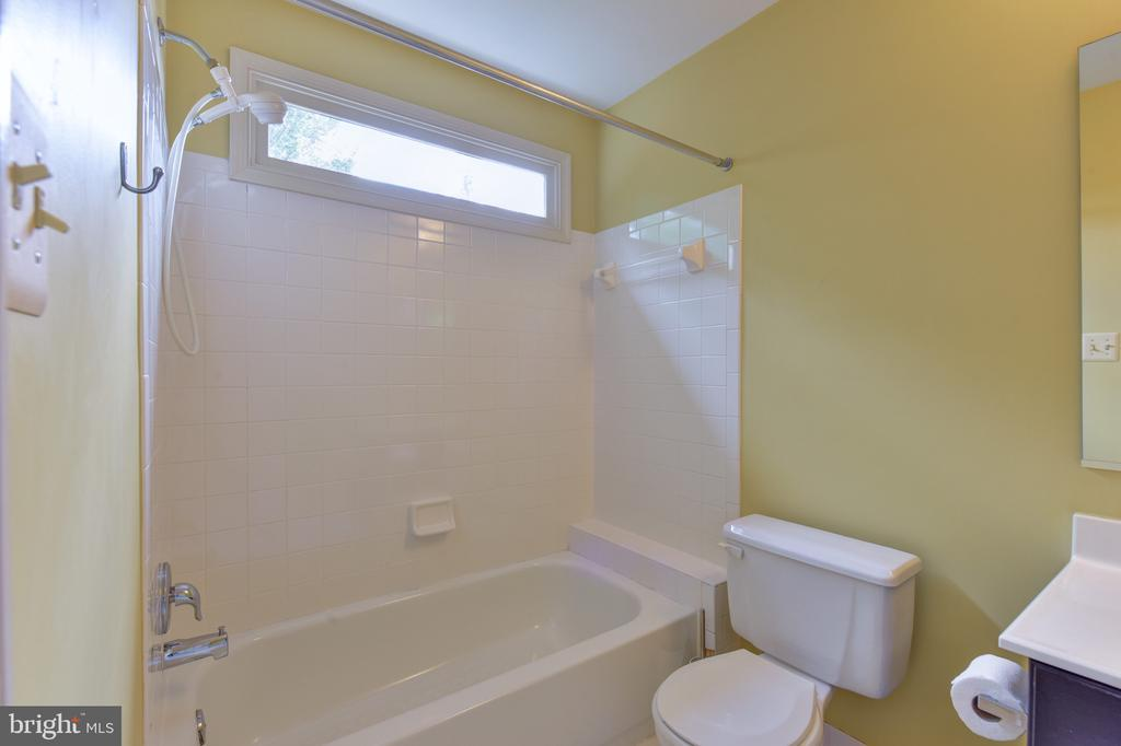 En-suite full bath - 1000 DARTMOUTH RD, ALEXANDRIA