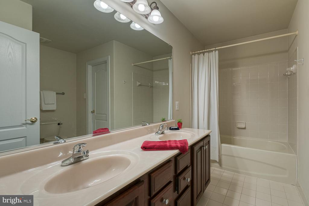 Jack and Jill Bath with Double Sink - 5 ABRAHAM CT, STAFFORD
