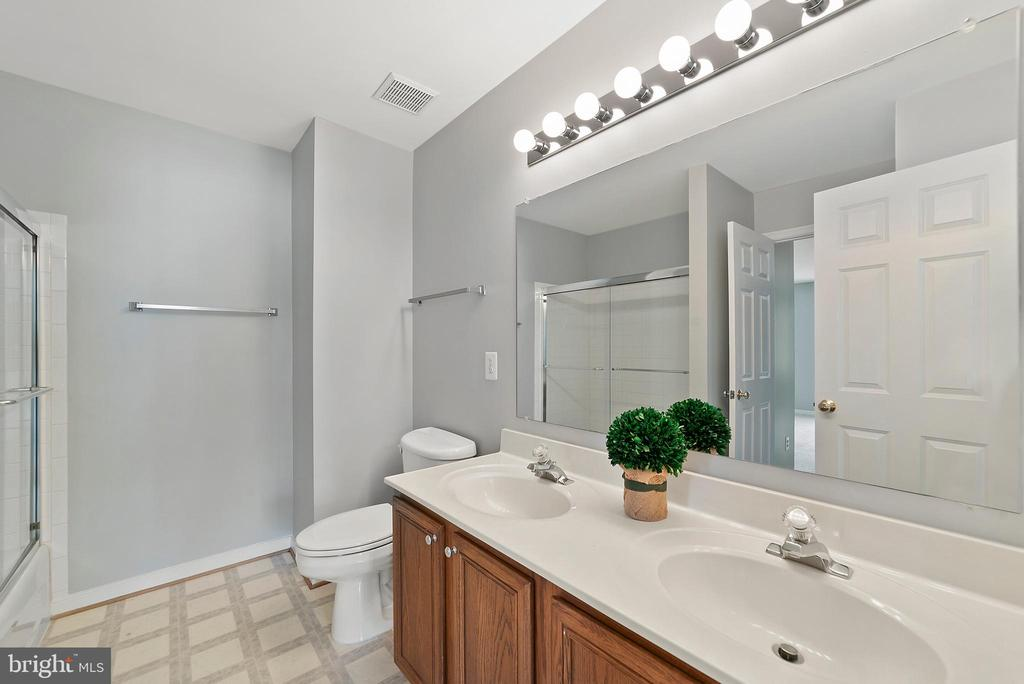 Bathroom 2 - Shower/tub combo - 26235 OCALA CIR, CHANTILLY