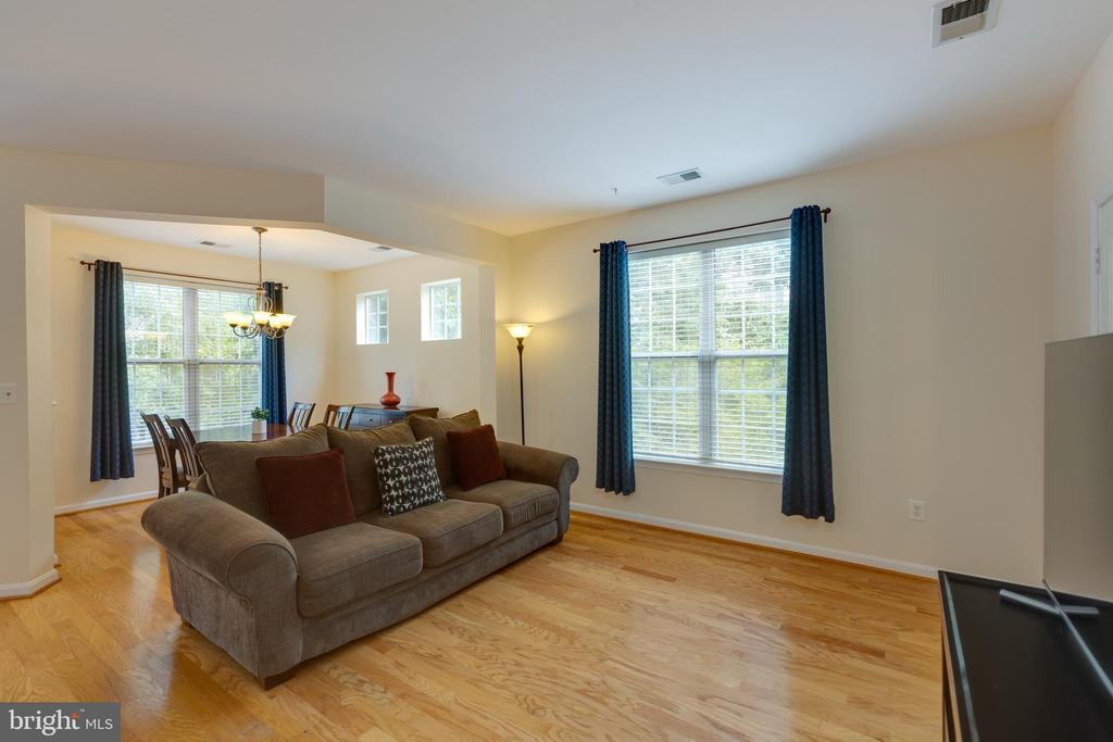Spacious living room with gleaming hardwood floors - 6495 TAYACK PL #201, ALEXANDRIA