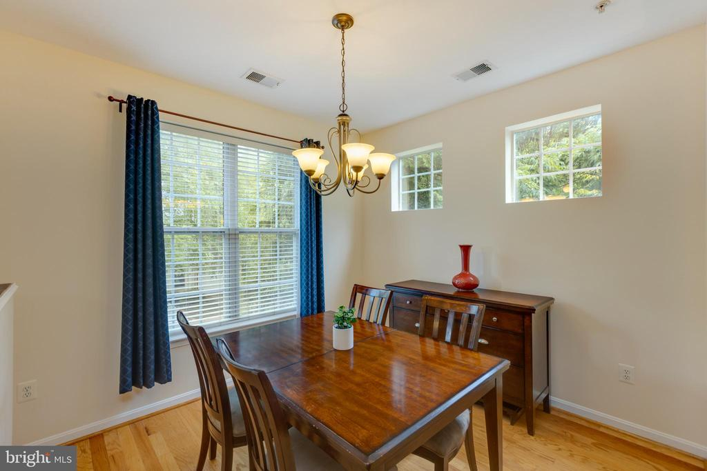 Light filled dining room - 6495 TAYACK PL #201, ALEXANDRIA