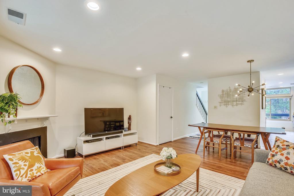 Nice family room layout - 1643 S HAYES ST #2, ARLINGTON