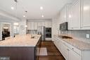 Huge island tons of counter space - 17429 SPRING CRESS DR, DUMFRIES