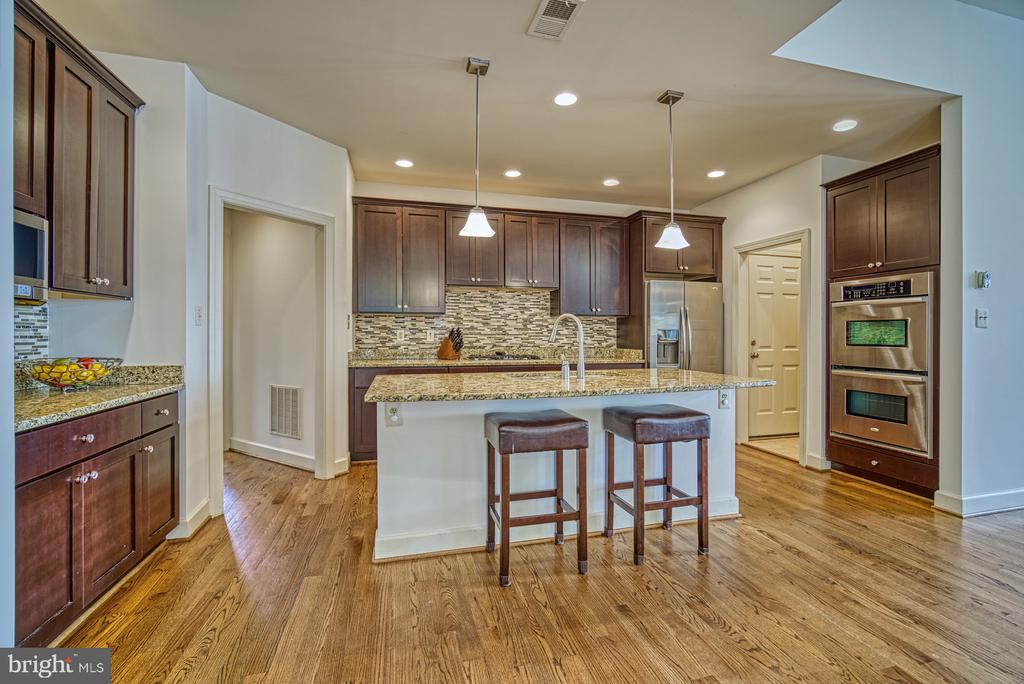 Kitchen has Double Oven for your holiday cooking! - 42439 MERIDIAN HILL DR, BRAMBLETON