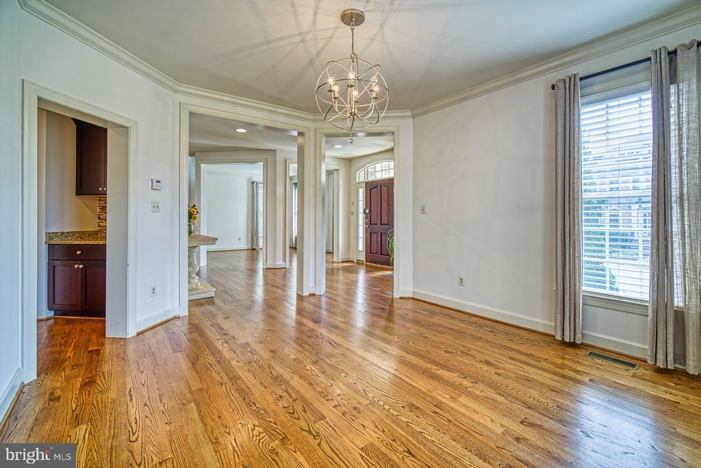 Butlers Pantry Provides Easy Access to Kitchen - 42439 MERIDIAN HILL DR, BRAMBLETON