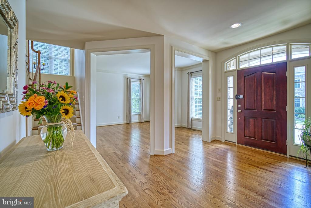 Beautiful Light Filled Foyer - 42439 MERIDIAN HILL DR, BRAMBLETON