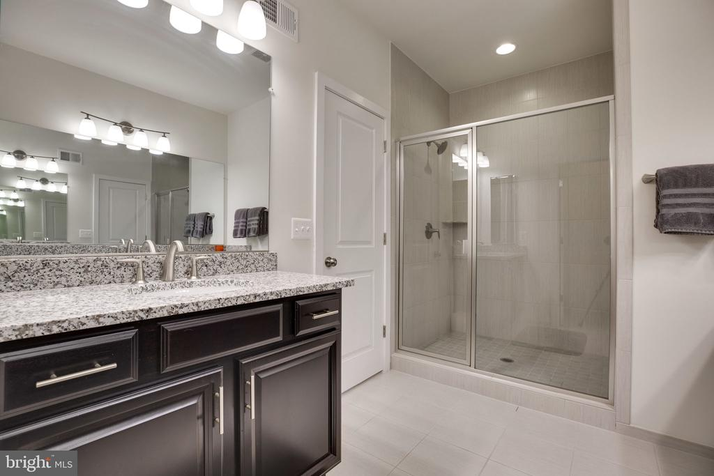 His vanity and shower - 42308 IMPERVIOUS TER, BRAMBLETON
