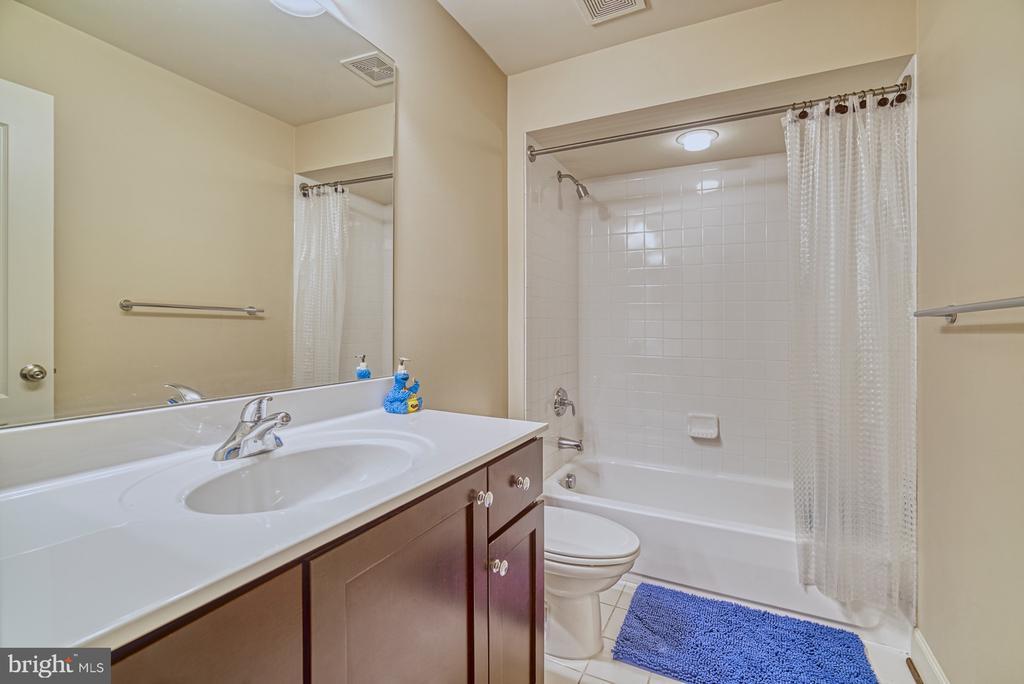 Third Full Bathroom - 42439 MERIDIAN HILL DR, BRAMBLETON