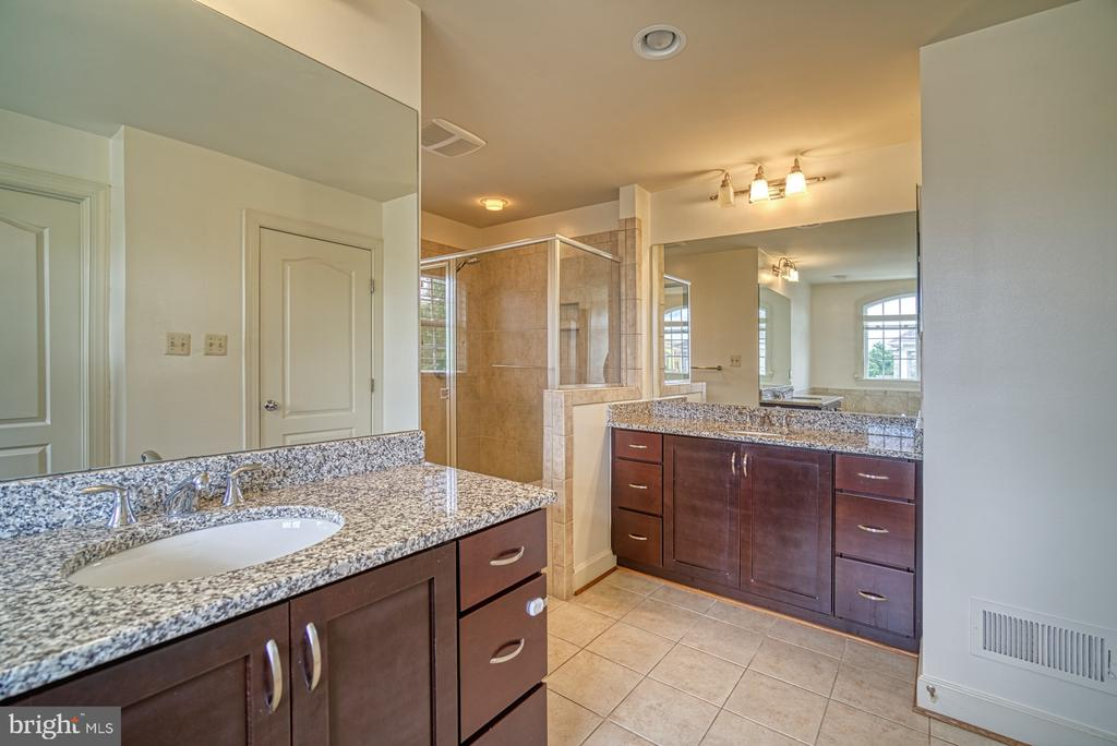 Master Bathroom has Dual Vanities - 42439 MERIDIAN HILL DR, BRAMBLETON