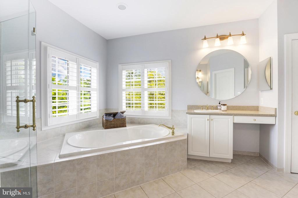Lavish Bathroom - 43246 PARKERS RIDGE DR, LEESBURG