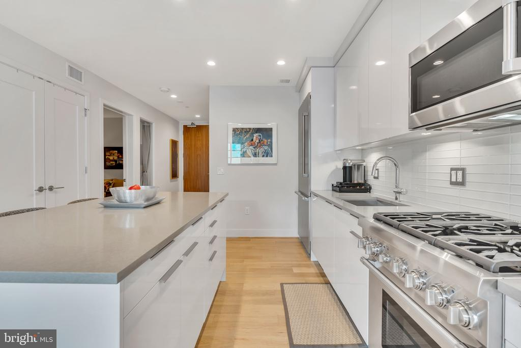 chef's kitchen is the focal point of the unit - 45 SUTTON SQ SW #1104, WASHINGTON