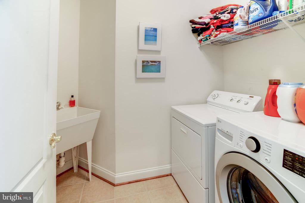Upper level laundry room w/laundry sink - 43600 CANAL FORD TER, LEESBURG