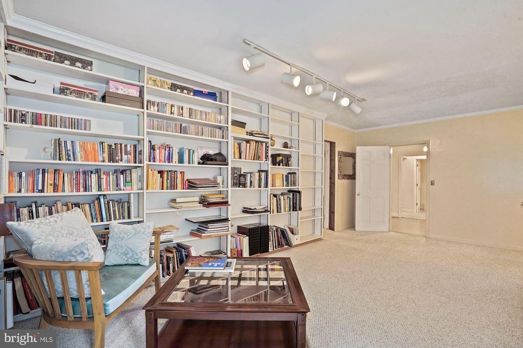 Library shelves - 2747 N NELSON ST, ARLINGTON