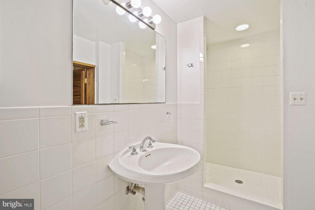 Bedroom 4 with en suite full bath - 2747 N NELSON ST, ARLINGTON