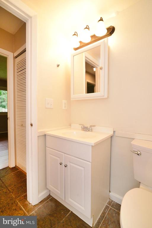 Full Bath on main level - 246 W MEADOWLAND LN, STERLING