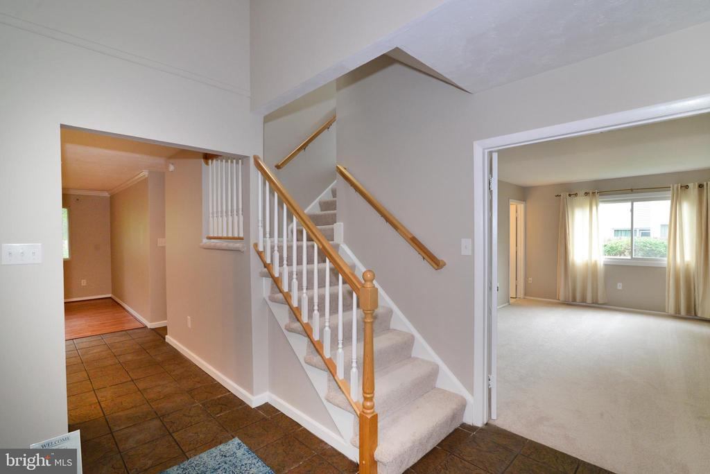 Entry - 246 W MEADOWLAND LN, STERLING