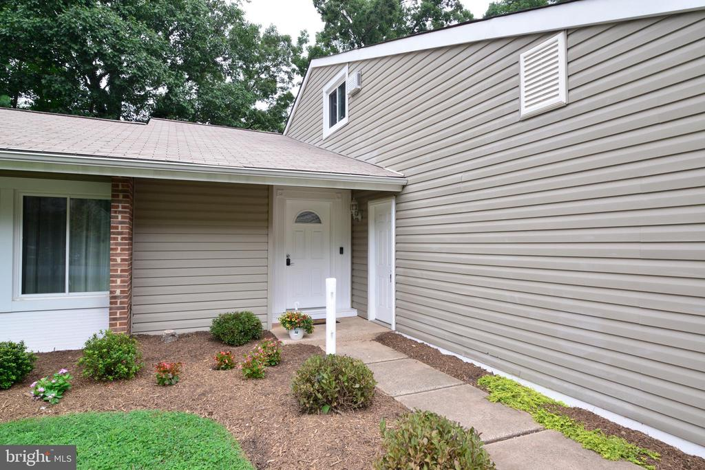 Front walk and garage door - 246 W MEADOWLAND LN, STERLING