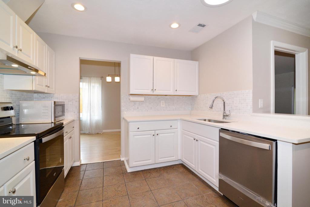 Kitchen recessed lighting and skylight - 246 W MEADOWLAND LN, STERLING