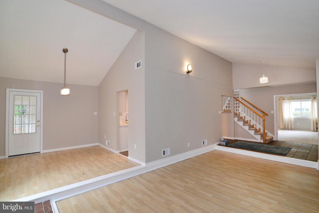Great room, dining room - 246 W MEADOWLAND LN, STERLING
