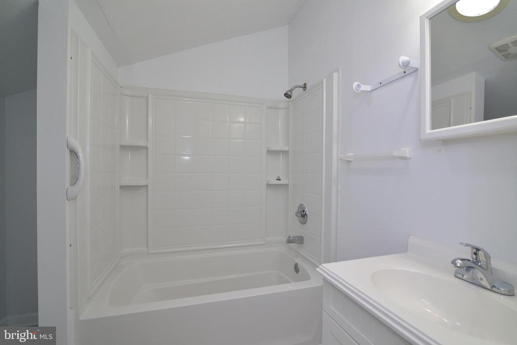 Upper Full Bath w NEW LVT floors - 246 W MEADOWLAND LN, STERLING