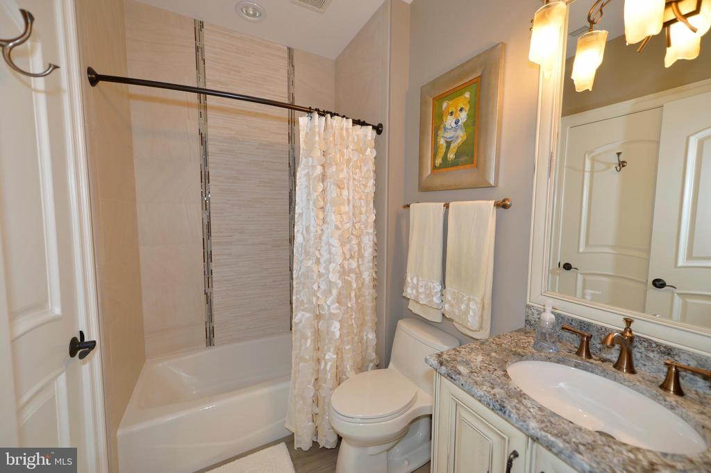 Buddy bath shared by double teen space - 40483 GRENATA PRESERVE PL, LEESBURG