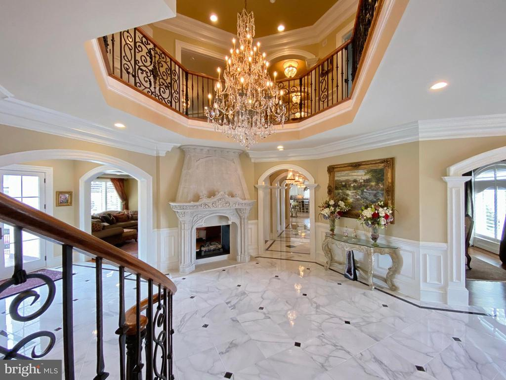 Captivating crystal chandelier in the foyer - 40483 GRENATA PRESERVE PL, LEESBURG