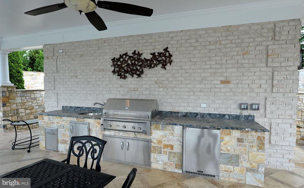 Pool house outdoor kitchen - 40483 GRENATA PRESERVE PL, LEESBURG