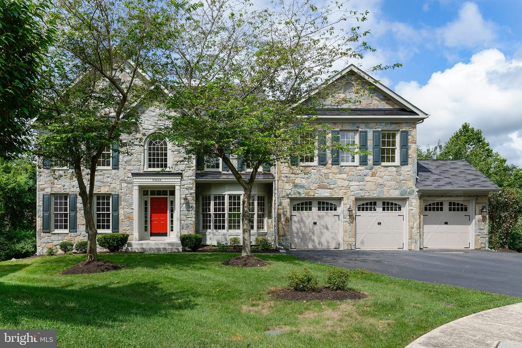 Oversized garages perfect for an F-150! - 42428 HOLLY KNOLL CT, ASHBURN
