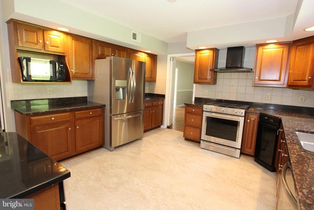 Huge, eat-in kitchen with granite counters - 5520 BOOTJACK DR, FREDERICK