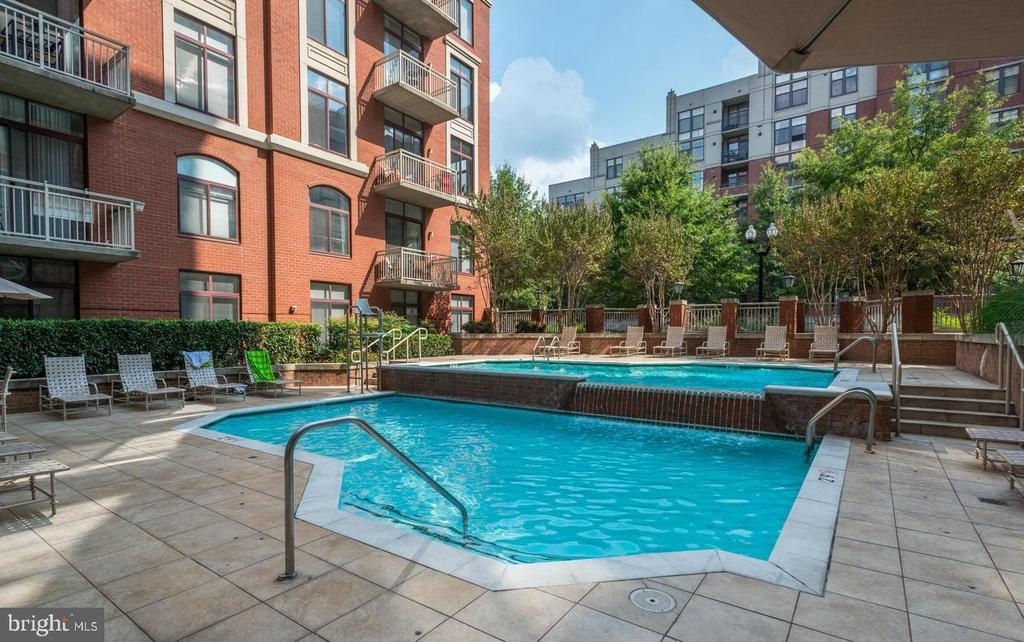 Outdoor Pool - 1205 N GARFIELD ST #707, ARLINGTON