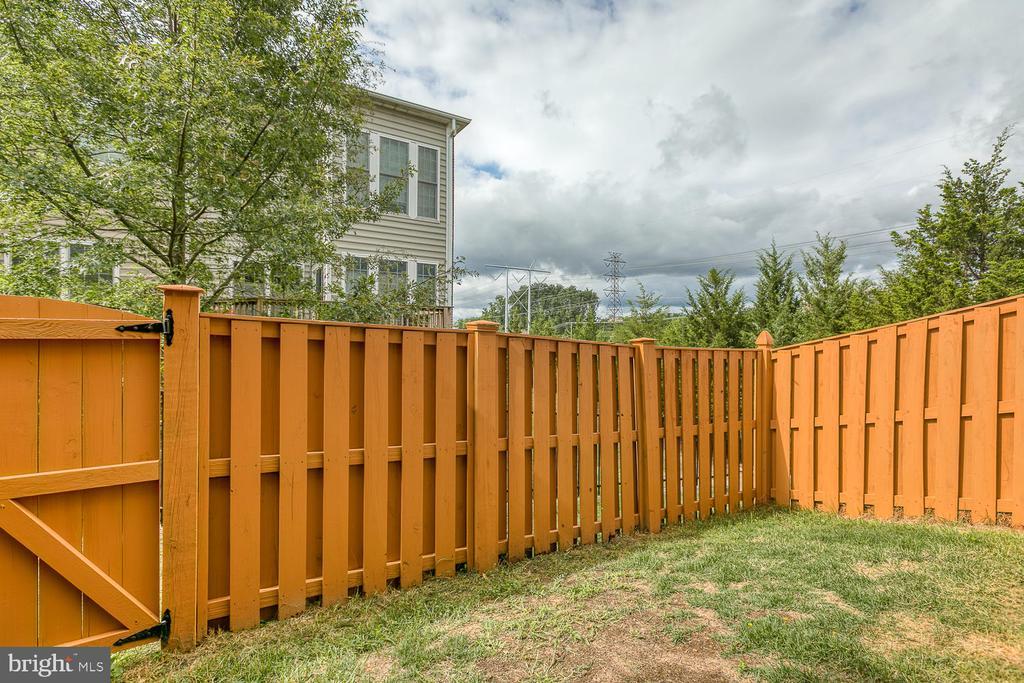 Fully fenced rear yard - 2405 BROOKMOOR LN, WOODBRIDGE