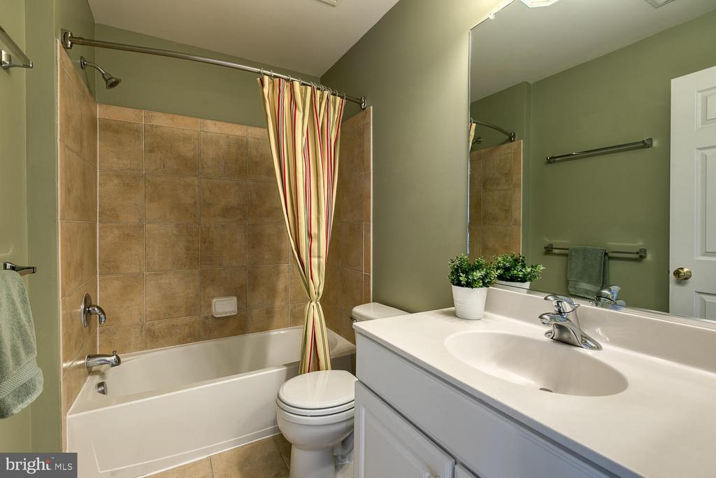 Full bath with tiled floors and tub surround - 2405 BROOKMOOR LN, WOODBRIDGE