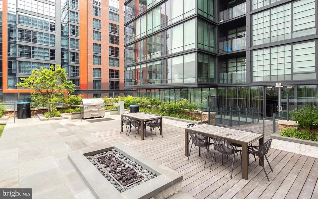 outdoor dining, grills and private recreation area - 45 SUTTON SQ SW #1104, WASHINGTON