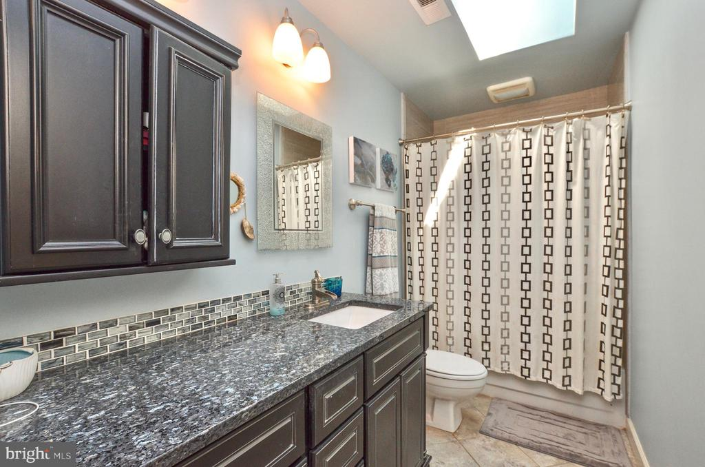 Renovated hall bathroom - 20592 CUTWATER PL, STERLING