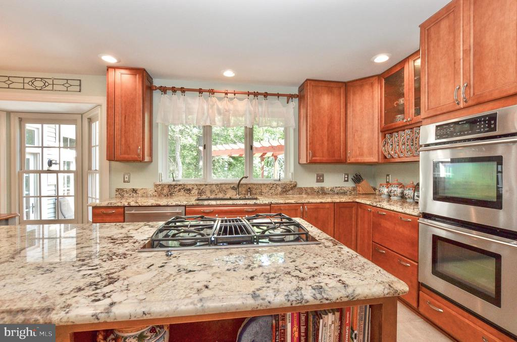 Imagine doing dishes overlooking the woods - 20592 CUTWATER PL, STERLING