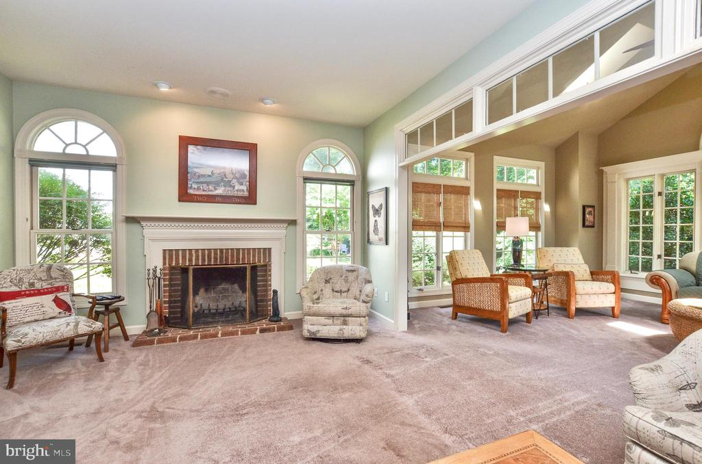 Light filled family room - 20592 CUTWATER PL, STERLING