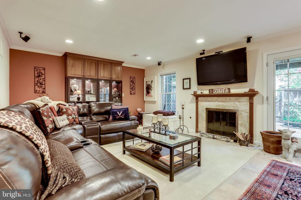 Updated Basement with Marble Fireplace - 20938 SANDSTONE SQ, STERLING