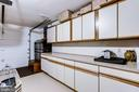 Garage with Cabinet and Counter Space - 20938 SANDSTONE SQ, STERLING
