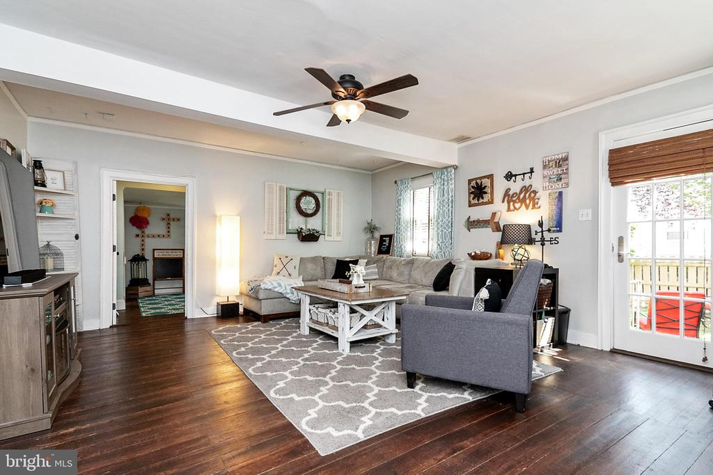 Large Family Room with Woodfloors - 51 W MAIN ST, NEW MARKET
